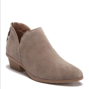 ⬇️KennethCole tan suede booties